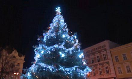 Na náměstí už svítí vánoční strom
