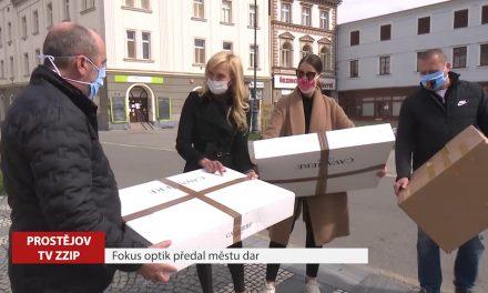 Firma Fokus optik předala městu dva tisíce roušek