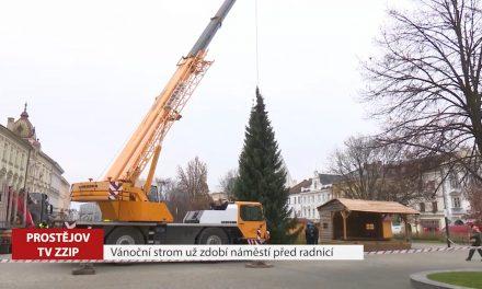 Vánoční strom už zdobí náměstí před radnicí