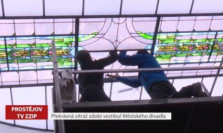 Překrásná vitráž zdobí vestibul Městského divadla